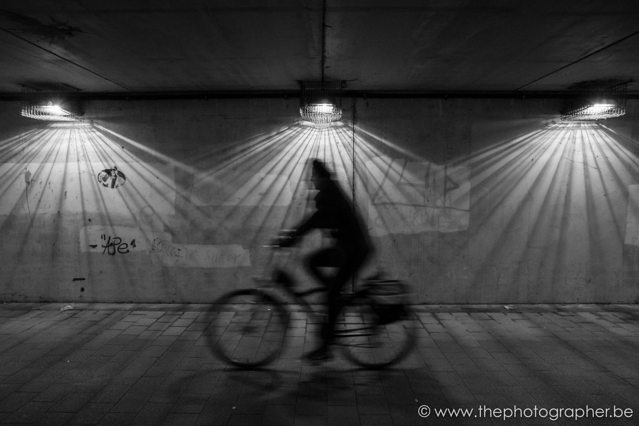Een snelle fietser door de tunnel