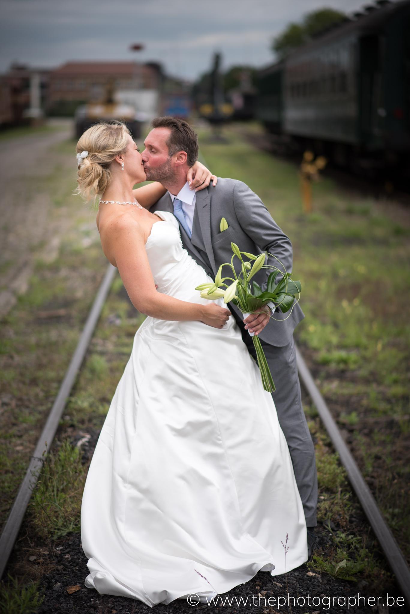 Een leuke huwelijksfoto op de treinsporen