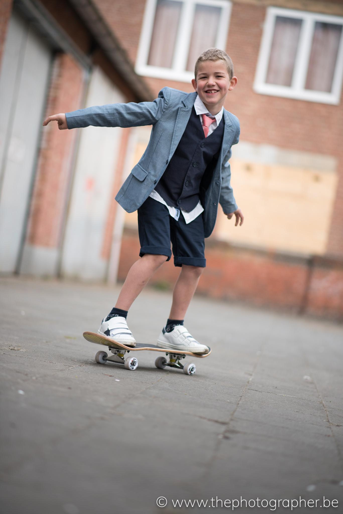 Een stoere communiefoto op een skateboard