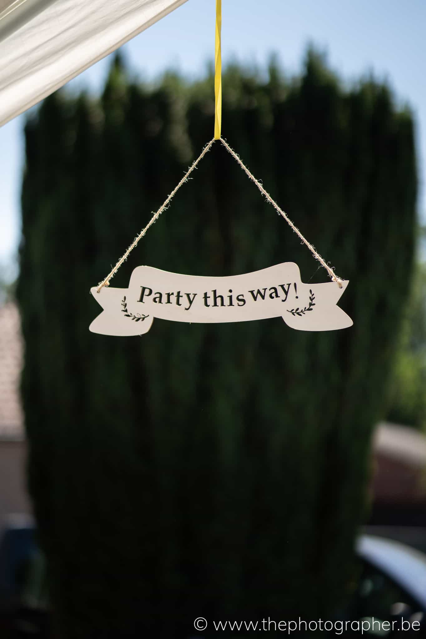 huwelijk pijl naar huwelijksfeest