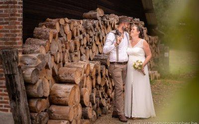 Prachtige huwelijkfoto's in boho stijl aan een schuur