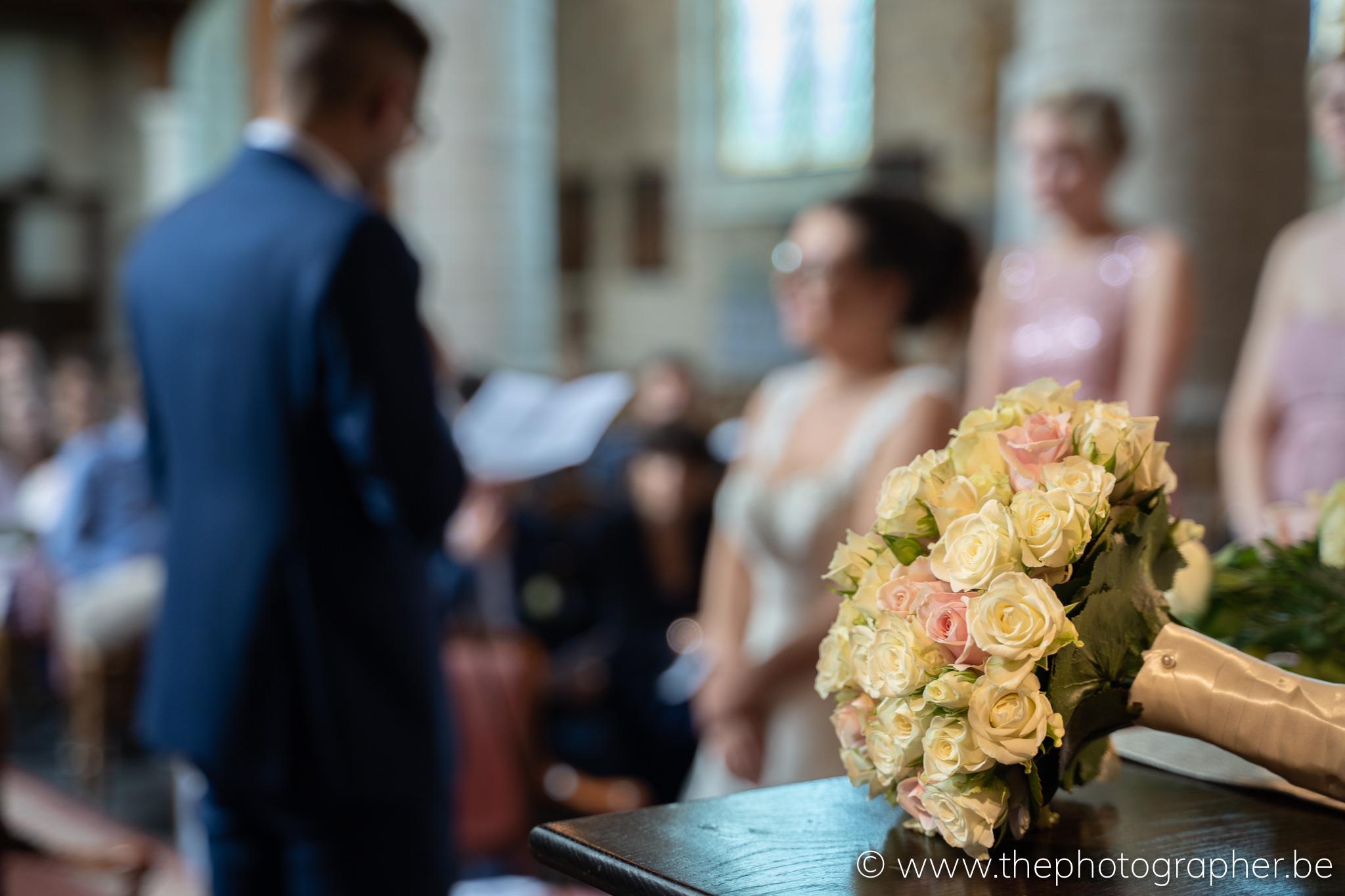 huwelijksboeket in de kerk op het altaar