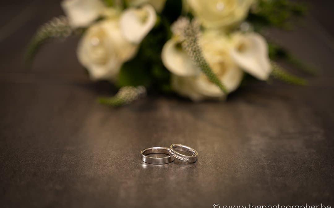 Prachtige huwelijksringen en boeket op je huwelijk