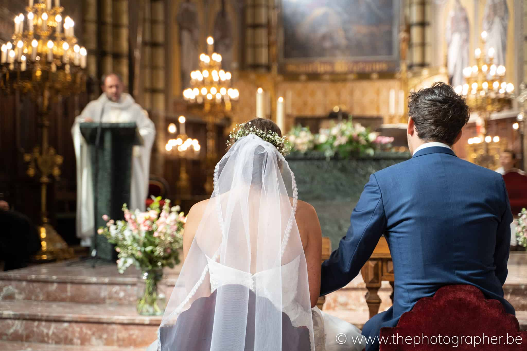 koppel voor het altaar in de kerk