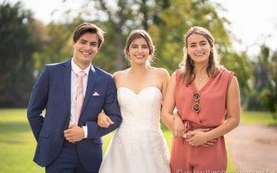 Een prachtige bruid met broer en zus op het huwelijksfeest