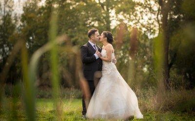 De huwelijksfotograaf door het riet