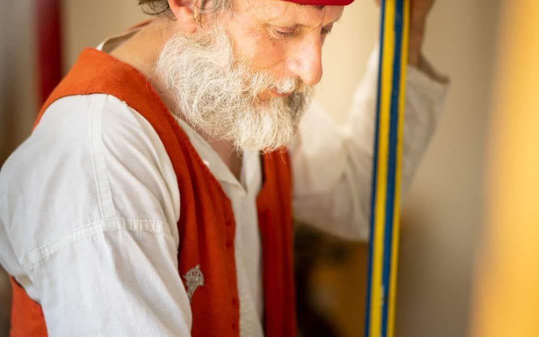 Een houtbewerker op het re-enactment evenement 'De Quaeye Werelt'