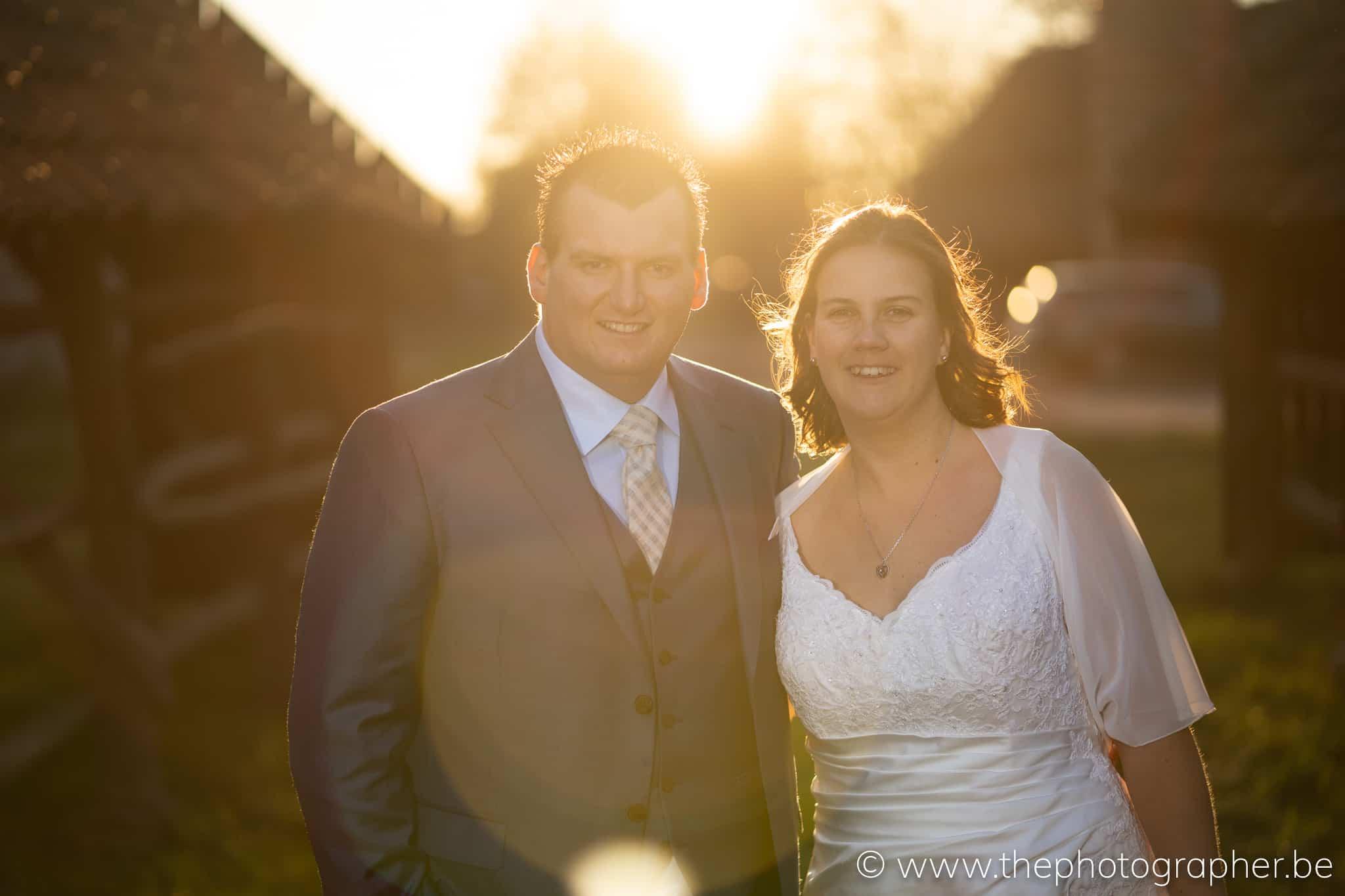 huwelijksfoto op huwelijk bij zonsondergang
